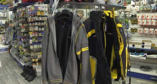 espositore con abbigliamento da pesca: giacche, felpe, pantaloni per la pesca
