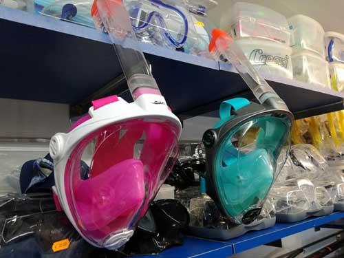 maschere con boccaglio incorporato di colore rosa e verde acqua